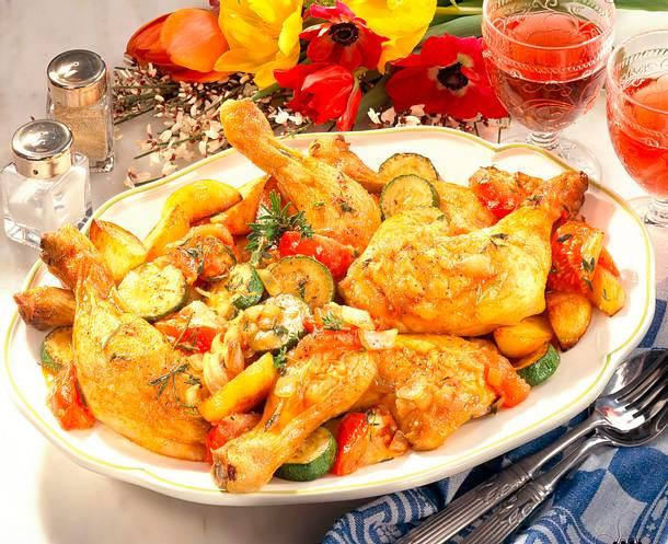 Geschmorte Hähnchenkeulen auf Gemüse Rezept