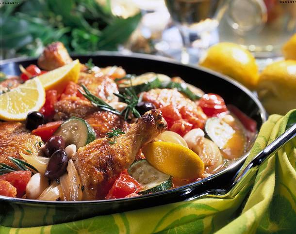 Geschmorte Hähnchenteile auf Gemüse Rezept