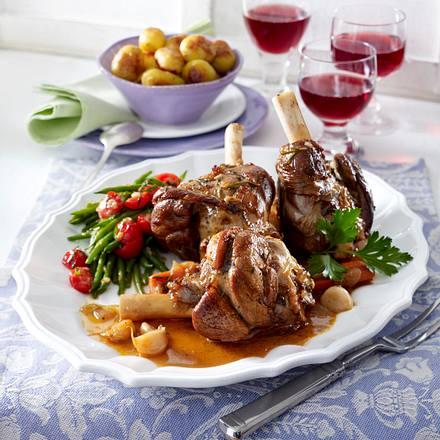 Geschmorte Lammhaxen mit Bohnen-Tomaten-Gemüse und Röstkartoffeln Rezept