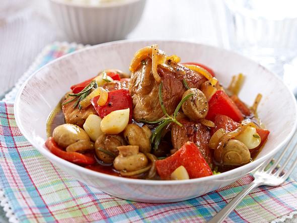 Geschmorte Putenbruststücke mit Knoblauch und Gemüse Rezept