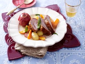 Geschmorte Putenoberkeule mit Kartoffeln und Apfel Rezept