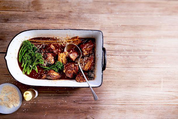 """Geschmorte Schweineschulter """"Asia-Style mit Brokkolini Rezept"""