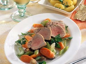 Geschmortes Schweinefilet mit Möhren-Selleriegemüse Rezept