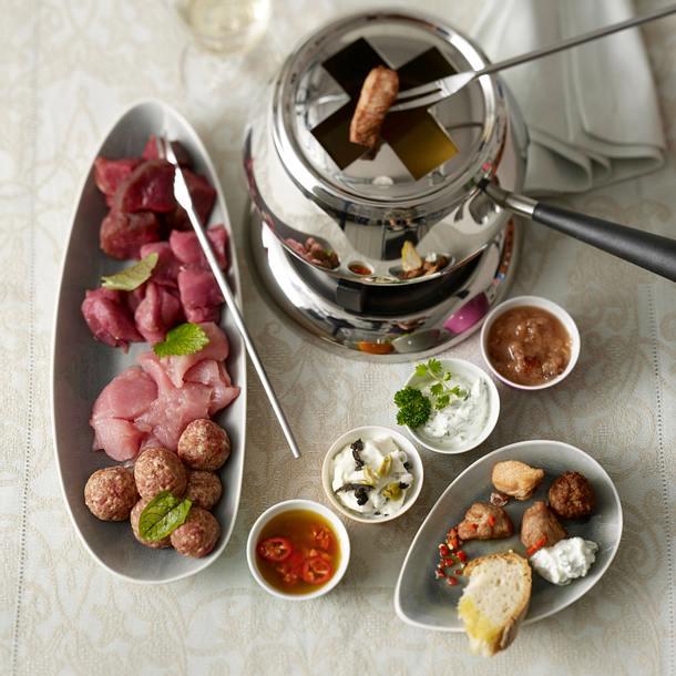 Geselliges Fleisch-Fondue mit vier Dips Rezept | LECKER