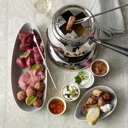 geselliges fleisch fondue mit vier dips rezept chefkoch rezepte auf lecker. Black Bedroom Furniture Sets. Home Design Ideas