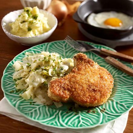 Gestovter Weißkohl mit panierten Koteletts, Kartoffelpüree und Spiegelei Rezept