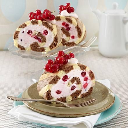 Gestreifte Biskuitrolle mit Erdbeer-Quark und Johannisbeeren Rezept