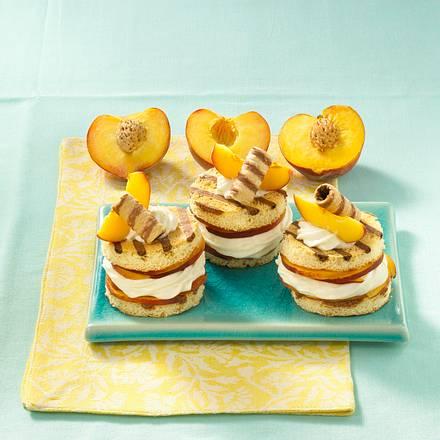 Gestreifte Biskuittürmchen mit Pfirsichen Rezept