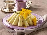 Gestürzter Grießpudding mit Orangenfilets, Honigsoße und Pistazien Rezept