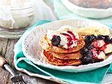 """""""Get up""""- Banana-Pancakes mit Heidelbeergrütze Rezept"""