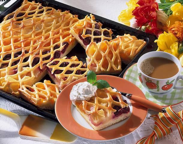 Gitterblechkuchen mit dreierlei Früchten Rezept
