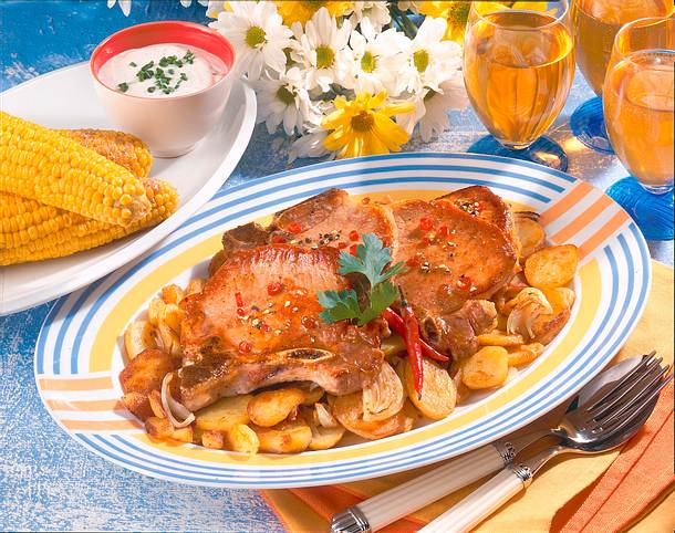Glasierte Koteletts mit Maiskolben und Röstkartoffeln Rezept
