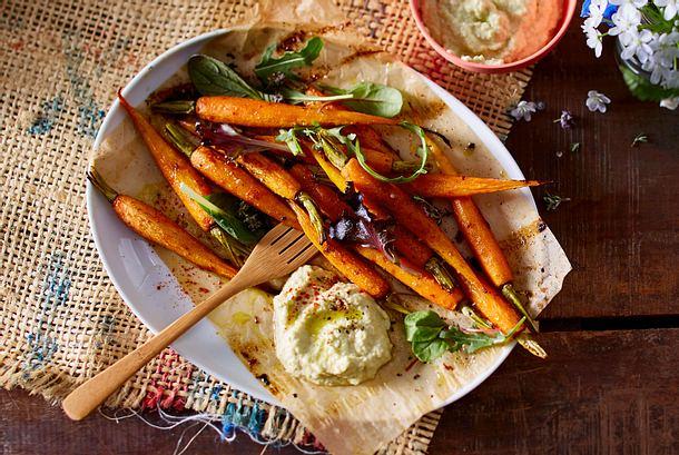 Glasierte Möhren aus dem Ofen mit Zucchini-Hummus Rezept