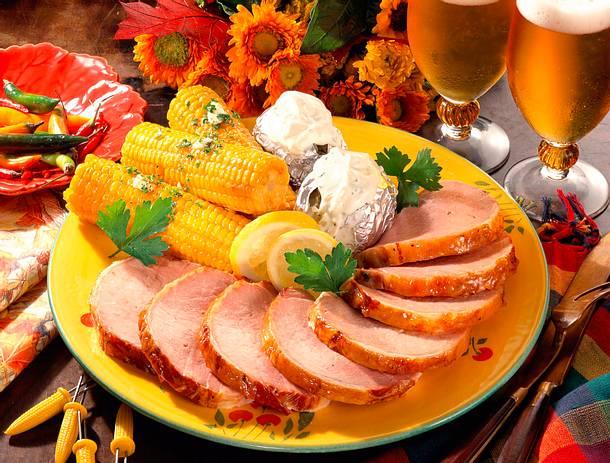 Glasierter Kasselerbraten mit Mais und Folienkartoffeln Rezept