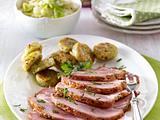 Glasierter Schinkenbraten mit Kartoffelplätzchen und Rahmspitzkohl Rezept