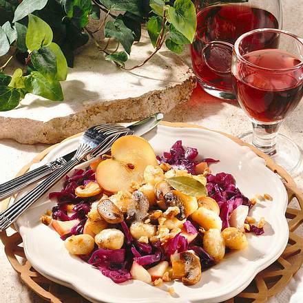 Gnocchi in Pilzbutter auf Rotkraut Rezept