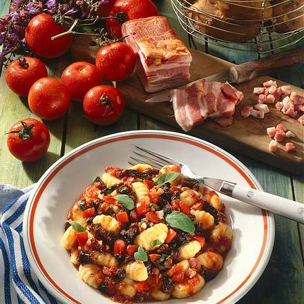Gnocchi mit getrockneten Tomaten und Salbei-Speck-Soße Rezept