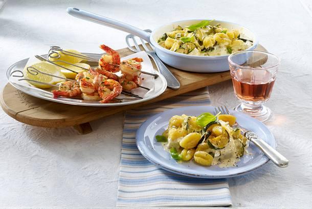 Gnocchi-Zucchini-Pfännchen mit scharfen Garnelenspießen Rezept