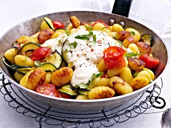 Gnocchi-Zucchini-Pfanne mit Feta-Cracker-Haube Rezept
