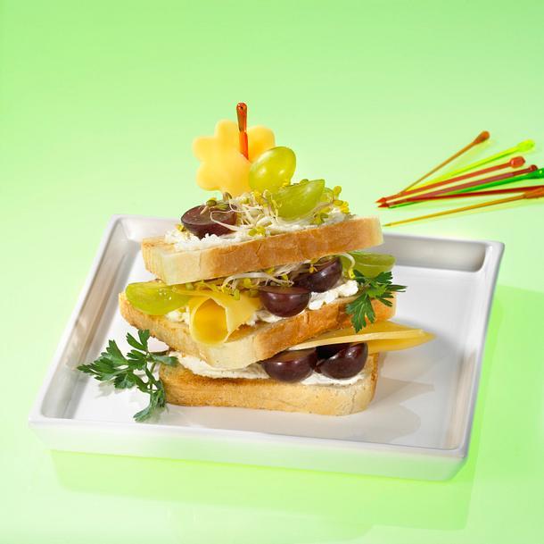 Gouda-Weizentoastbrot mit Trauben und Sprossen Rezept