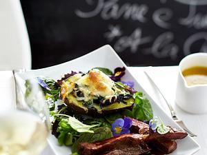 Gratinierte Avocado gefüllt mit Spinat unter einer Käsehaube mit Steakstreifen auf Wildkräutersalat (Restaurant-Rezept) Rezept