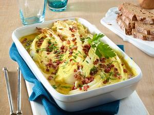 Gratinierte Chinakohl-Spalten in Currysoße mit Schinkenwürfeln Rezept