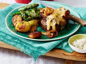 Gratinierte Filetsteaks mit Röstzwiebeln und Käsekruste Rezept