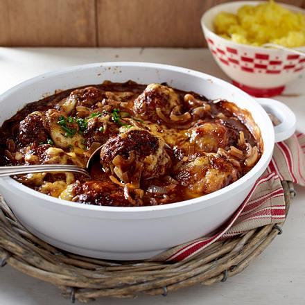Gratinierte Mettfrikadellen in Zwiebelsoße zu Kartoffelpüree Rezept