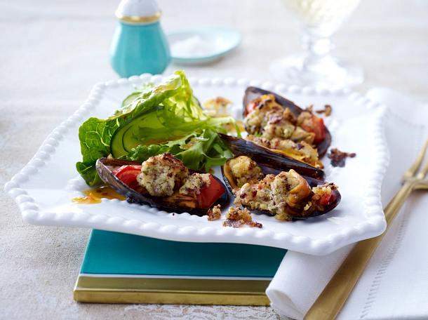 Gratinierte Miesmuscheln mit Bröselkruste auf Salat Rezept