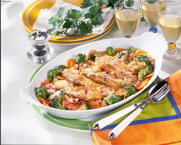 Gratinierte Schnitzel im Gemüsebett Rezept