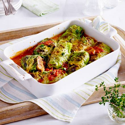 Gratinierte Spitzkohlröllchen mit Tomatensoße Rezept
