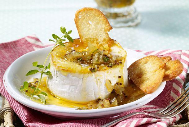 Gratinierter Camembert mit Apfel-Mango-Chutney Rezept