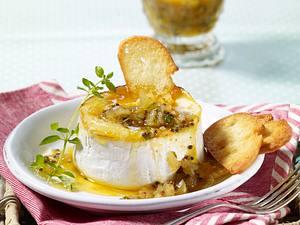 Gratiniertes Camembert-Töpfchen auf Röstbrot zu Apfel-Chutney Rezept