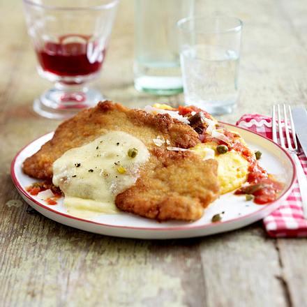 Gratiniertes Schnitzel in scharfer Tomatensoße mit Anchovi, Kapern und Polenta Rezept