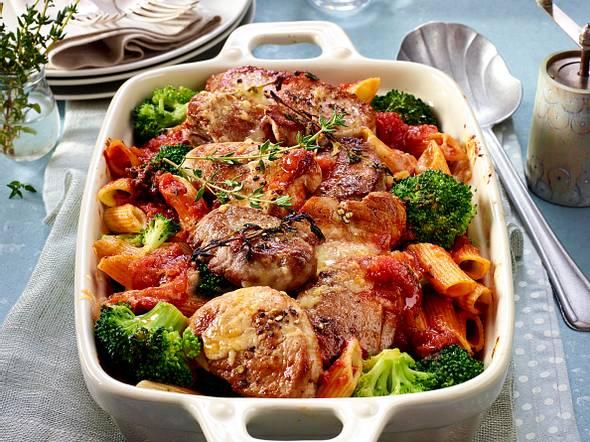 Gratiniertes Schweinefilet mit Brokkoli und Nudeln in Tomatensoße Rezept