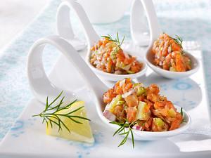 Graved Lachs-Tartar mit Gewürzgurken und Brotchips Rezept