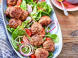 Great Meatballs of Fire auf Spinatsalat Rezept