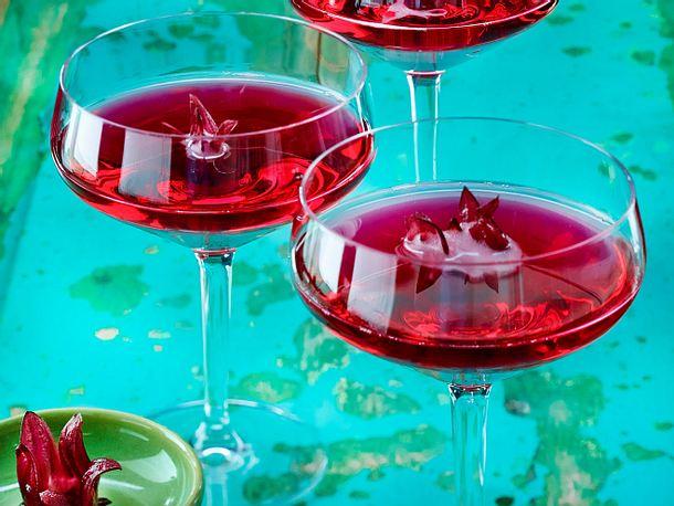 Grenadine-Champagner-Cocktail mit Hibiskusblüte Rezept