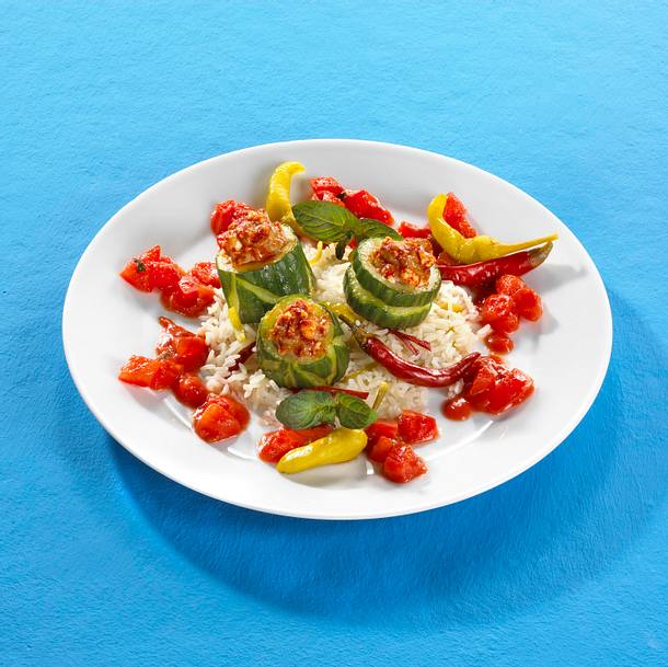 Griechisch gefüllte Mett-Gurke auf Tomatensoße mit Reis Rezept