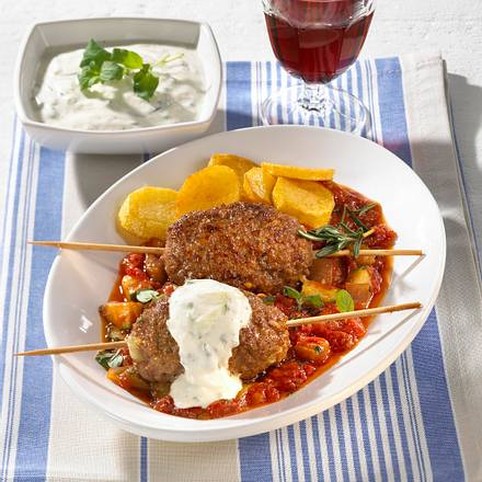 Griechische Hackspieße in Tomatensoße Rezept
