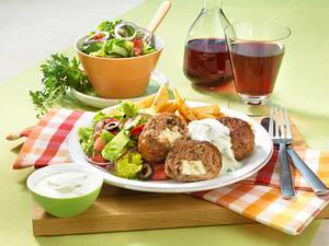 Griechische Hacksteaks mit Tzatziki und Bauernsalat Rezept