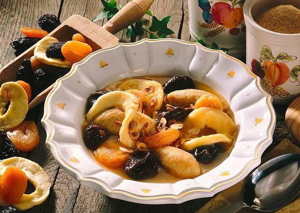 Grießklößchensuppe mit Backobstkompott Rezept