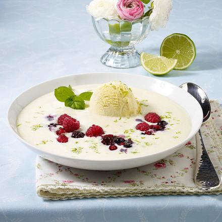 Grießsuppe mit Beerenfrüchten und Eis Rezept