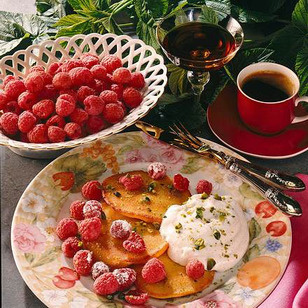 Grießtaler mit Beeren und Vanillesahne Rezept