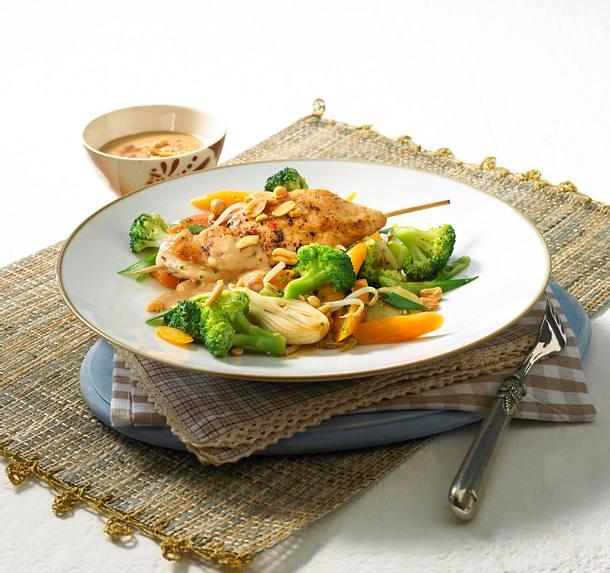 Große Hähnchenspieße mit Gemüse in Erdnusssoße Rezept