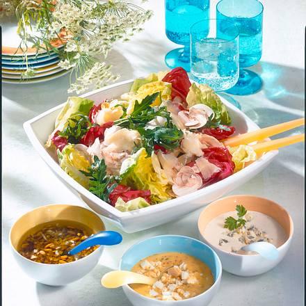 Große Salatschale mit dreierlei Soßen Rezept