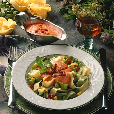 Grüne und weiße Bandnudeln mit Tomaten-Specksoße Rezept