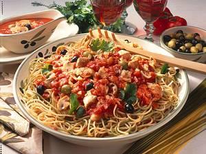 Grüne und weiße Spaghetti mit Putenfilet und Tomatensoße Rezept