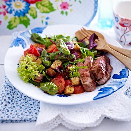Grüner Salat mit Pimientos und Steakstreifen Rezept