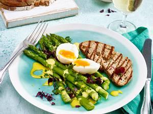 Grüner Spargel mit wachsweichem Ei und Zitronen-Mandel-Mayonnaise Rezept